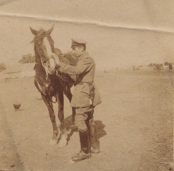 kaiser ulanen auf pferd vor bahnhof